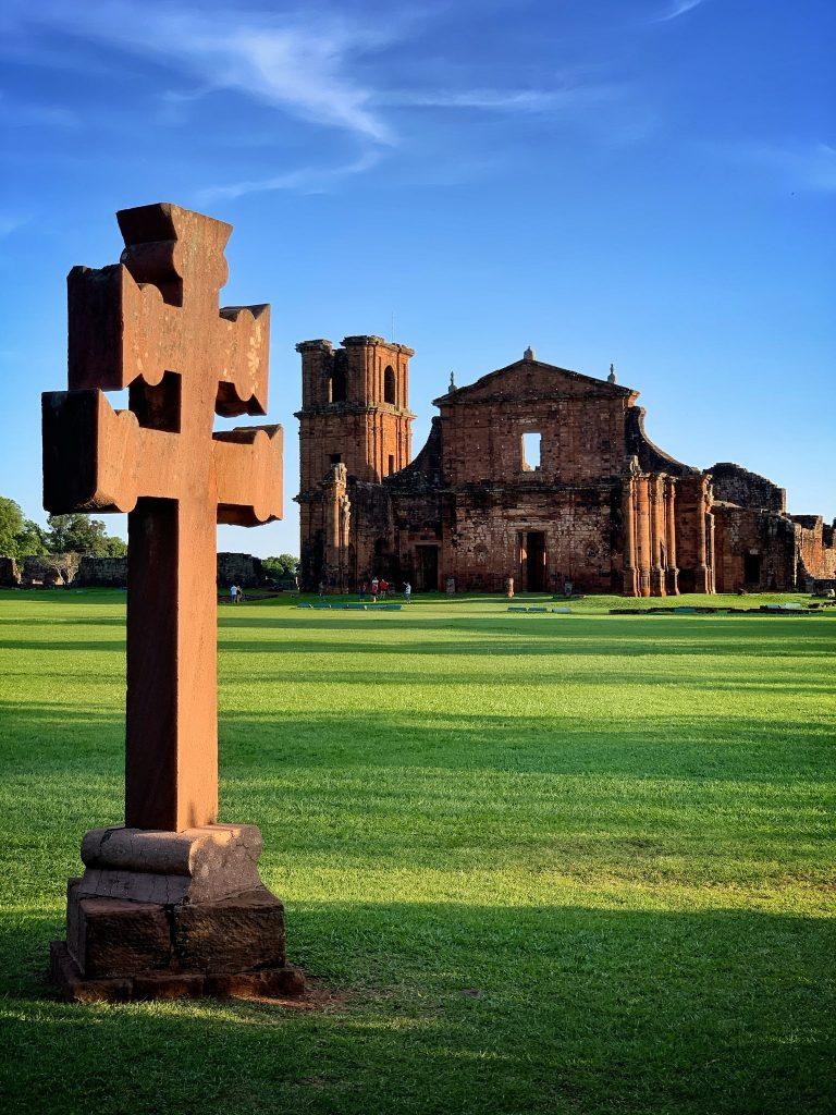 cruz missioneira e ruinas de são miguel ao fundo