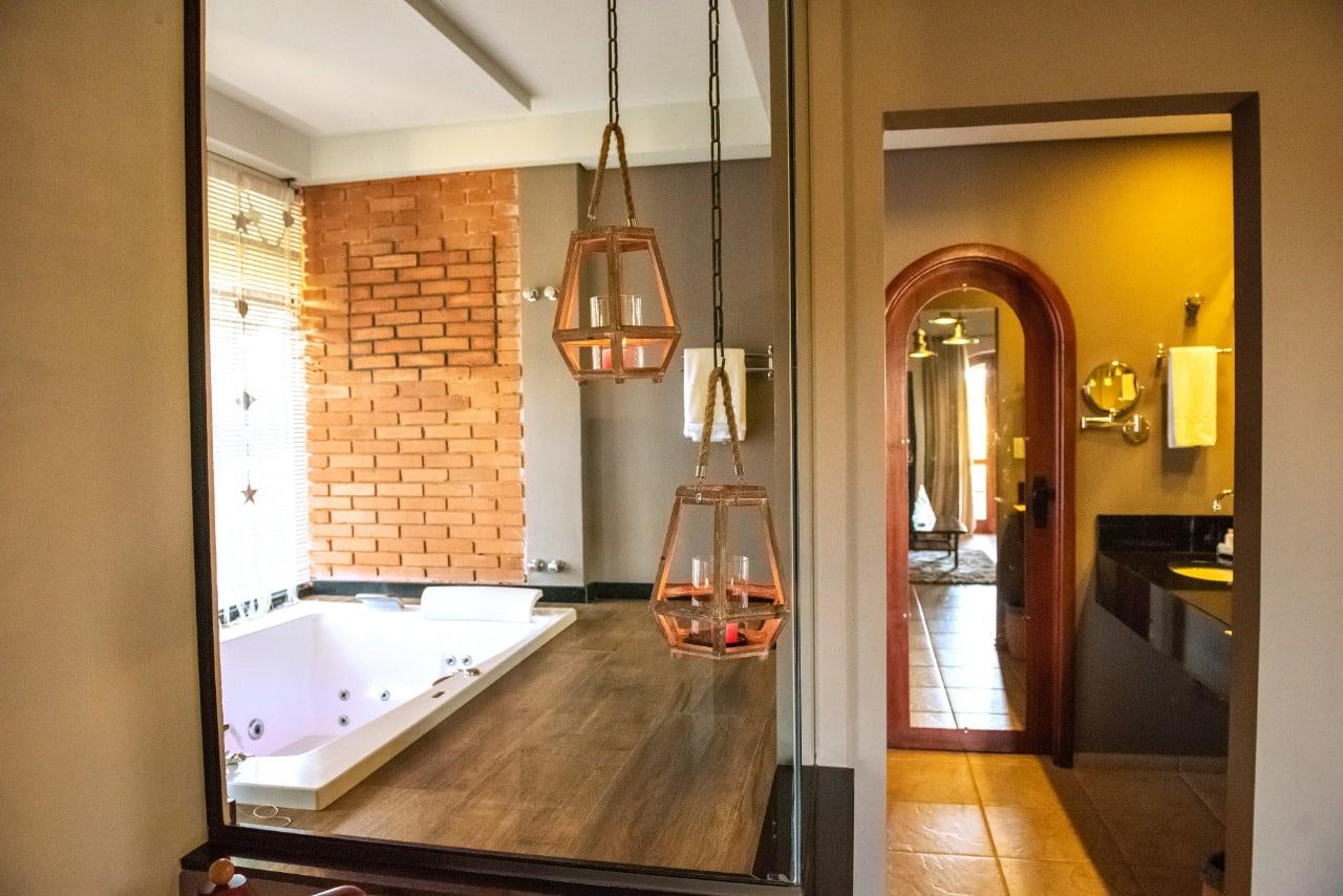 foto da suíte do tenondé park hotel são miguel das missoes banheira